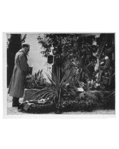 ADOLF HITLER AM GRAD LEUNER ELTERN IN LEONDING BEI LINZ AM 13. MARZ 1938