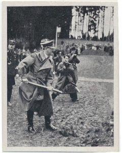 DER ANSCHLUR BRINGT ARBEIT UND BROT. ERFTER SPATENSTICHDES FUHRERS 3UR REICHSAUTOBAHN BEI SALZBURG ERFOLGTE SCHON AM 7. APRIL 1938 CIGARETTE CARD