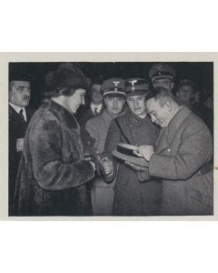 GAULEITER BÜRCKEL SAMMELT ZUM TAG DER NATIONALEN SOLIDARITÄT IN WEIN - CIGARETTE CARDS