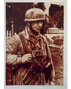 GERMAN FALLSCHIMJAGER SOLDIER WITH BINOCULARS AND LUGER PISTOL METAL SIGN