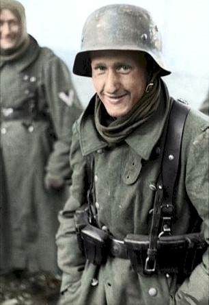 GERMAN SOLDIER WEARING THE COMBAT LEATHER Y-STRAP